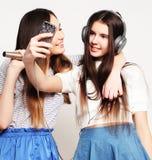 Девушки битника красоты с микрофоном поя и фотографируют Стоковая Фотография RF