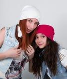 Девушки битника красоты с наушники, подростки слушают к музыке Девушки диско Стоковые Изображения