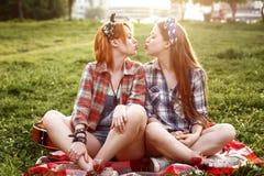 Девушки битника одели в стиле Pin поднимающем вверх имея потеху Стоковое Изображение RF