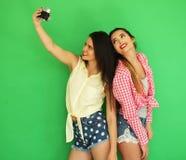 Девушки битника лучших другов стоя вместе с камерой фото Стоковые Изображения