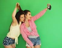 Девушки битника лучших другов стоя вместе с камерой фото Стоковая Фотография RF
