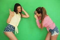 Девушки битника лучших другов стоя вместе с камерой фото Стоковые Фотографии RF