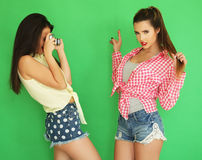 Девушки битника лучших другов стоя вместе с камерой фото Стоковое фото RF