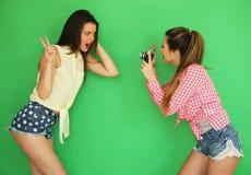 Девушки битника лучших другов стоя вместе с камерой фото Стоковое Фото