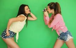 Девушки битника лучших другов стоя вместе с камерой фото Стоковые Фото