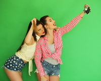 Девушки битника лучших другов стоя вместе с камерой фото Стоковое Изображение