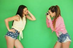 Девушки битника лучших другов стоя вместе с камерой фото Стоковое Изображение RF