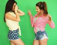 Девушки битника лучших другов стоя вместе с камерой фото Стоковые Изображения RF