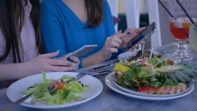 Девушки блоггеров принимают фото красивой еды на смартфоне во время здорового обеда во время диеты для потери веса внутри видеоматериал