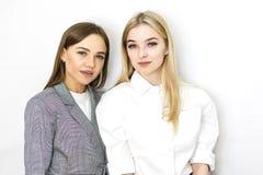 2 девушки, блондинка и брюнет в салоне красоты Личная забота, макияж стоковая фотография