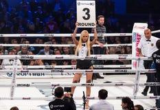 Девушки боксерского ринга держа доску с округленным числом стоковые изображения