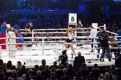 Девушки боксерского ринга держа доску с округленным числом Стоковая Фотография