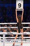 Девушки боксерского ринга держа доску с округленным числом Стоковое фото RF