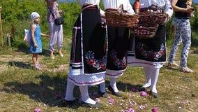 Девушки бросая розы во время ежегодного фестиваля Роза-рудоразборки акции видеоматериалы