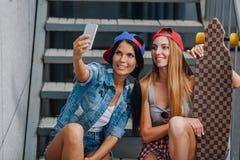 Девушки брюнет и blode делают selfie Стоковые Фотографии RF