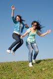 Девушки вдоль поля Стоковые Фотографии RF