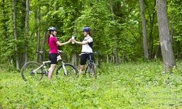 Девушки велосипед в лесе Стоковые Фото