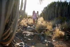 Девушки взбираясь вниз скалистый путь Стоковые Изображения RF