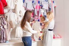 Девушки вне ходя по магазинам для одежд Стоковые Фото