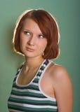 девушки волос красный цвет довольно стоковые изображения rf