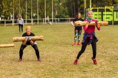 Девушки во время скачки с журналом Стоковые Фото