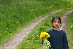 Девушки выбирая вверх цветут Стоковое Изображение RF