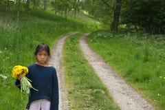 Девушки выбирая вверх цветут Стоковое Фото