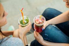 Девушки выпивают холодный лимонад Стоковое Фото
