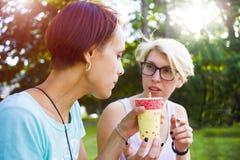 Девушки выпивая кофе в парке Стоковые Фото