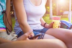 Девушки выпивая кофе в парке Стоковые Фотографии RF