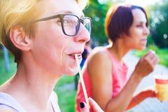 Девушки выпивая кофе в парке Стоковые Изображения RF