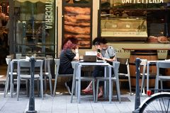 2 девушки выпивая кофе и работая на компьтер-книжке Стоковые Изображения RF
