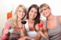 Девушки выпивая кофе Стоковые Изображения