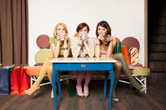 Девушки выпивая кофе Стоковое Изображение