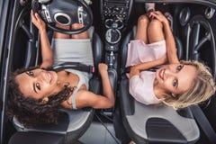 Девушки в автомобиле Стоковое Изображение