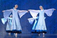 Девушки в белых платьях танцуя на этапе, русском национальном танце Стоковые Фото
