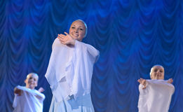 Девушки в белых платьях танцуя на этапе, русском национальном танце Стоковое Изображение