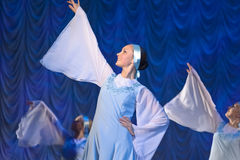 Девушки в белых платьях танцуя на этапе, русском национальном танце Стоковые Изображения RF