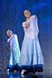 Девушки в белых платьях танцуя на этапе, русском национальном танце Стоковое Изображение RF