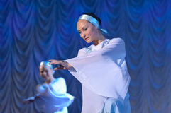 Девушки в белых платьях танцуя на этапе, русском национальном танце Стоковая Фотография RF
