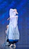 Девушки в белых платьях танцуя на этапе, русском национальном танце Стоковое Фото