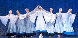 Девушки в белых платьях танцуя на этапе, русском национальном танце Стоковые Фотографии RF
