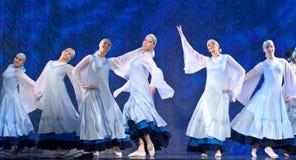 Девушки в белых платьях танцуя на этапе, русском национальном танце Стоковая Фотография