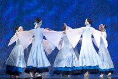 Девушки в белых платьях танцуя на этапе, русском национальном танце Стоковое фото RF