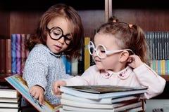 Девушки в библиотеке Стоковое Изображение
