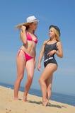 Девушки в бикини на пляже Стоковое Изображение RF
