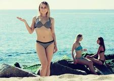 Девушки в бикини на пляже Стоковая Фотография