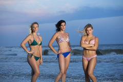 Девушки в бикини стоя на пляже Стоковые Изображения RF