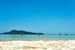Девушки в гамаке в пляже на славном солнечном летнем дне Остров Rong Sanloem Koh, Saracen залив Камбоджа, Азия стоковое фото