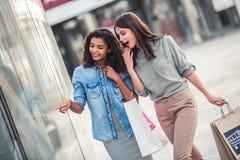 Девушки в городе Стоковое Фото
